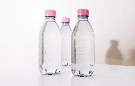 Evian supprime l'étiquette sur sa nouvelle bouteille en plastique 100% recyclée