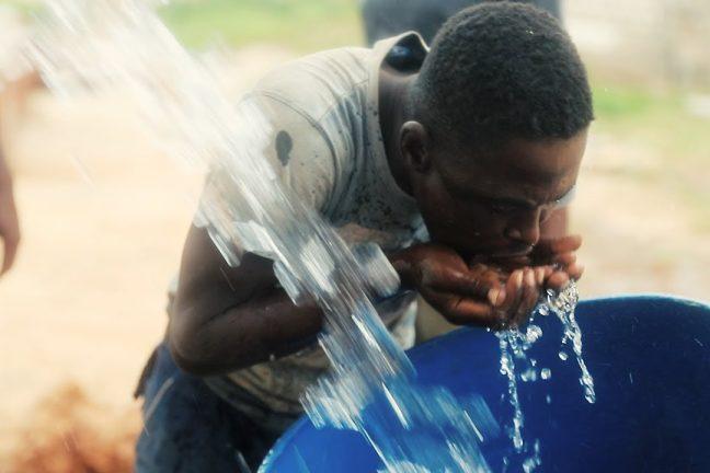 Une nouvelle usine de dessalement solaire fournit de l'eau douce au Kenya.