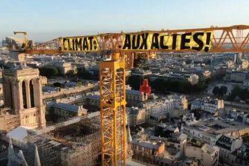 Greenpeace accroche une bannière sur le changement climatique au-dessus de la cathédrale Notre-Dame