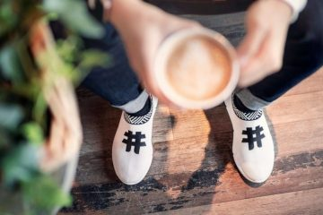 Une paire de baskets fabriquée à partir de marc de café