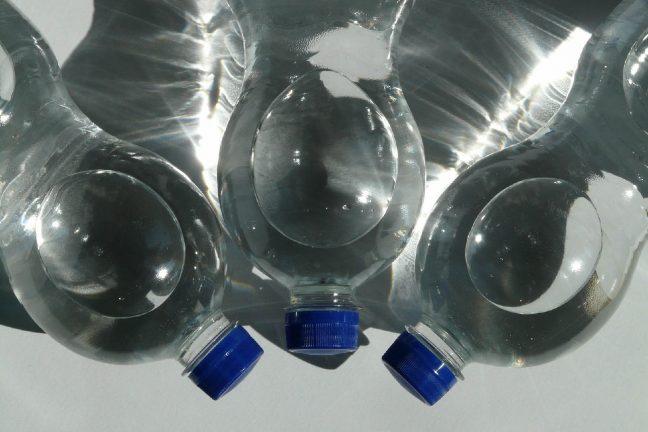 Des particules de plastique trouvées dans l'eau en bouteilles
